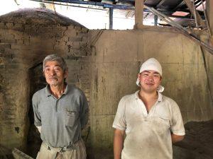 Mooie mannen die het traditionele vak van Binchotanbrander uitoefenen