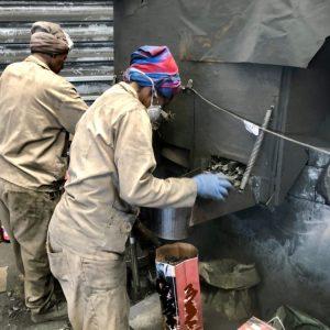 Vrouwen in Namibie vullen de houtskool zakken